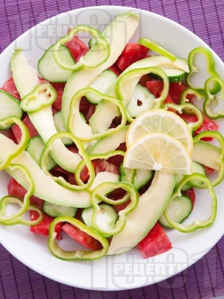 Салата с домати, краставици, авокадо и зелена чушка - снимка на рецептата